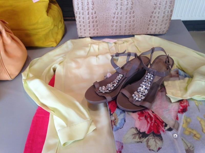 Schuhe auf Bluse