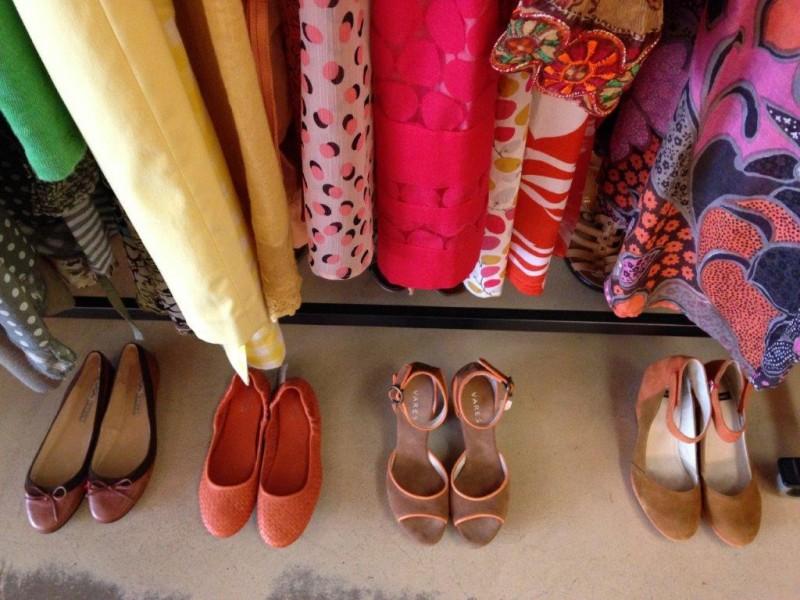 Schuhe vor Kleiderstange 1