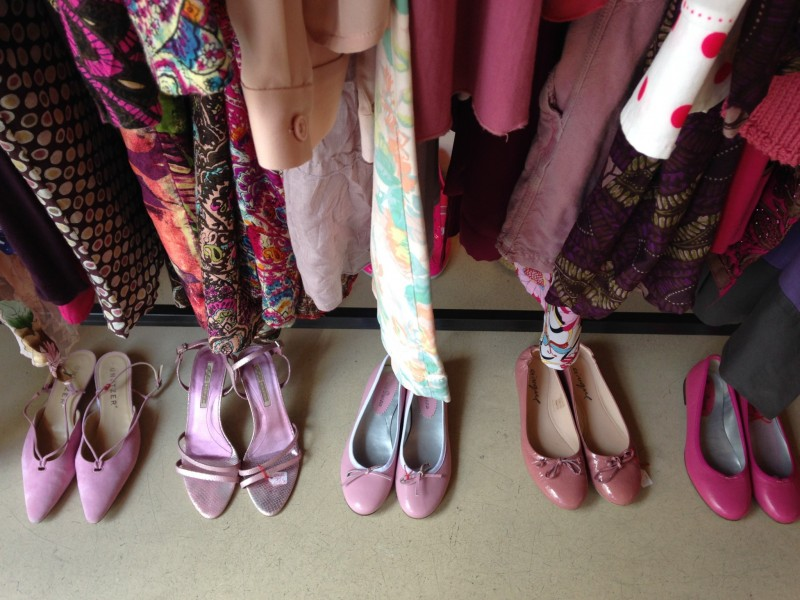 Schuhe vor Kleiderstange 3