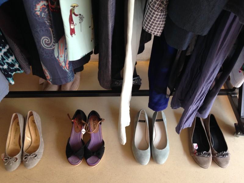 Schuhe vor Kleiderstange 2
